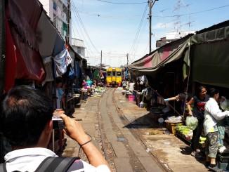 ตลาดร่มหุบ ริมทางรถไฟแม่กลอง (อัพเดตเวลา ปี 2559)