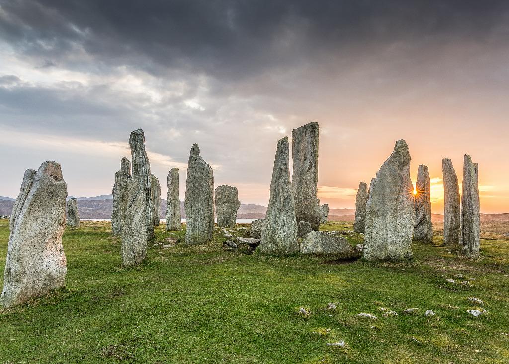 แท่งหินโบราณ Callanish Stones ใน Outer Hebrides - ภาพจาก Flickr Chris Combe
