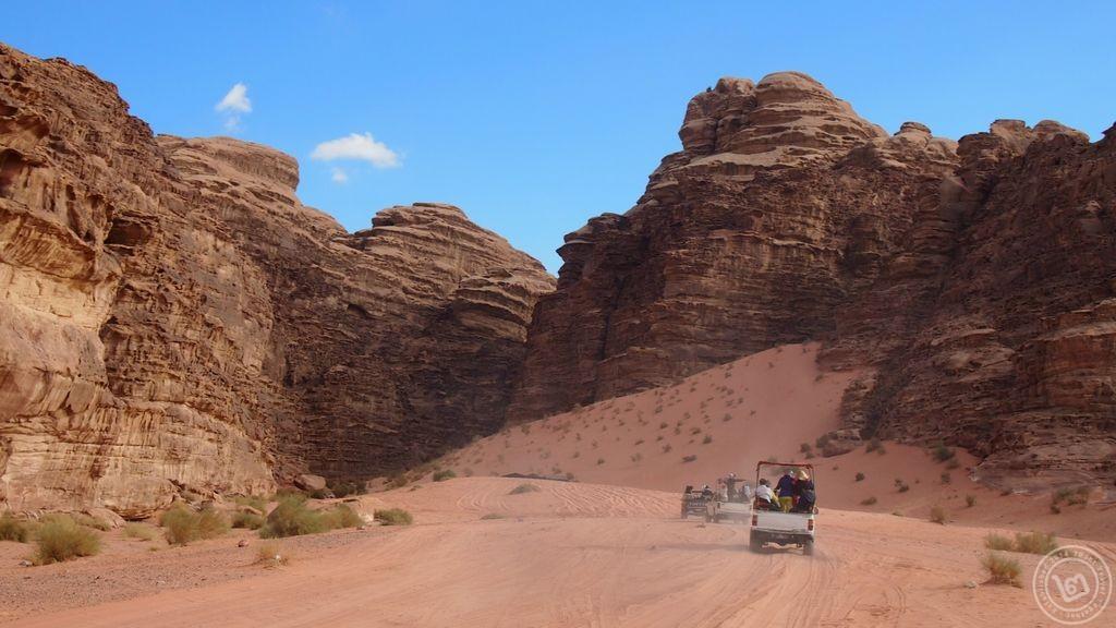 นั่งรถท่องทะเลทราย Wadi Rum