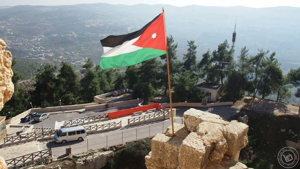 ธงชาติจอร์แดนโบกสะบัดบนปราสาทอัจลุน
