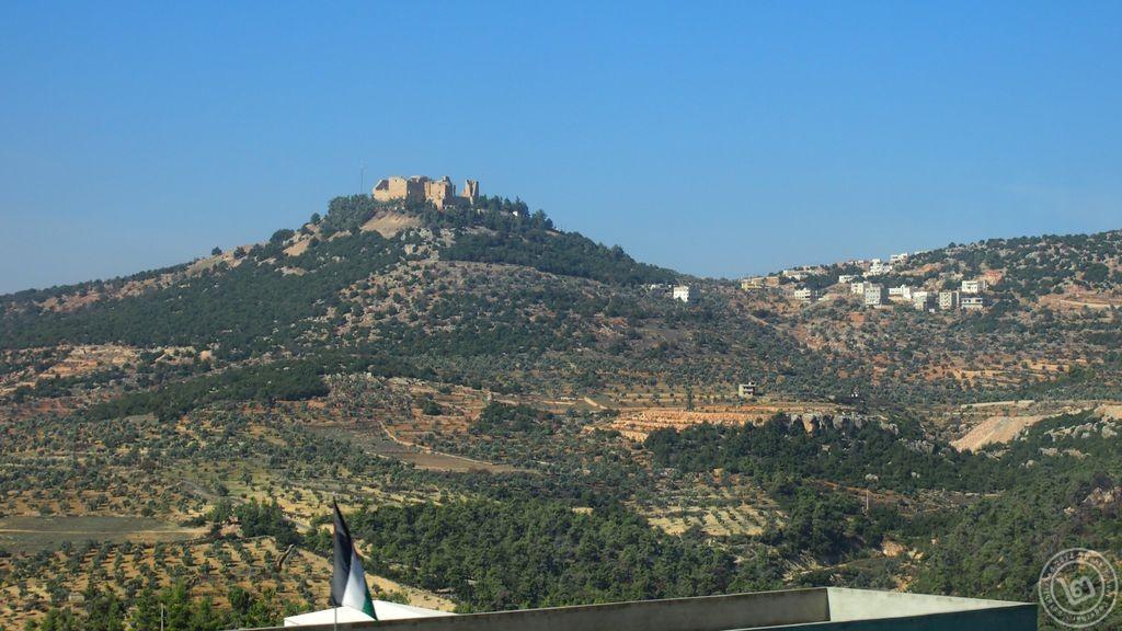 ป้อมอัจลุนบนภูเขาสูง ด้านขวาคือเมืองอัจลุน