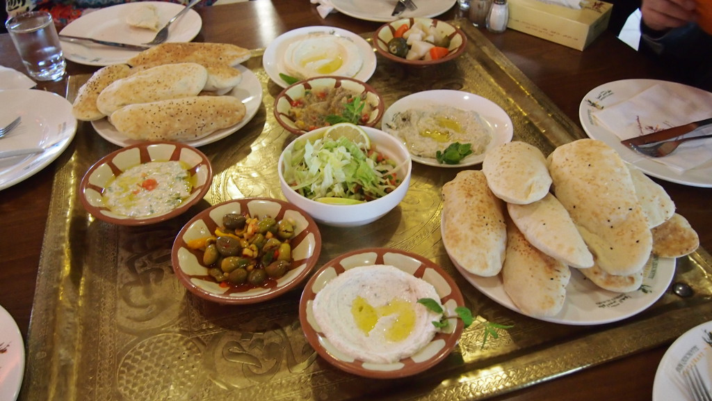 อาหารจานแป้ง ผัก และซอส แบบพื้นถิ่นจอร์แดน