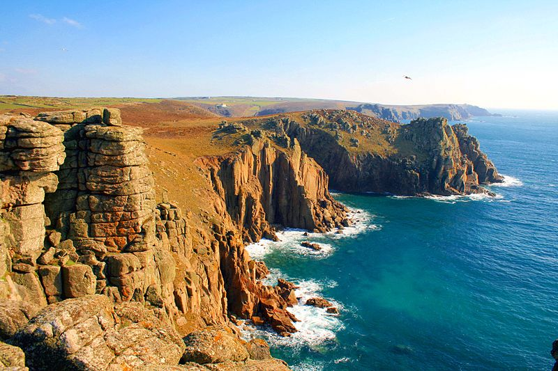 Land's End ติ่งสุดปลายของเกาะอังกฤษฝั่งตะวันตก (ภาพจาก Wikipedia)