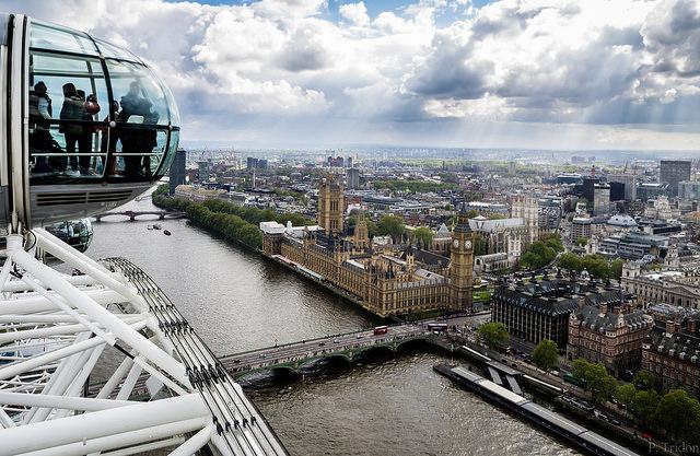 ลอนดอนจากมุมสูงบนชิงช้า London Eye - ภาพจาก Flickr Paul Tridon