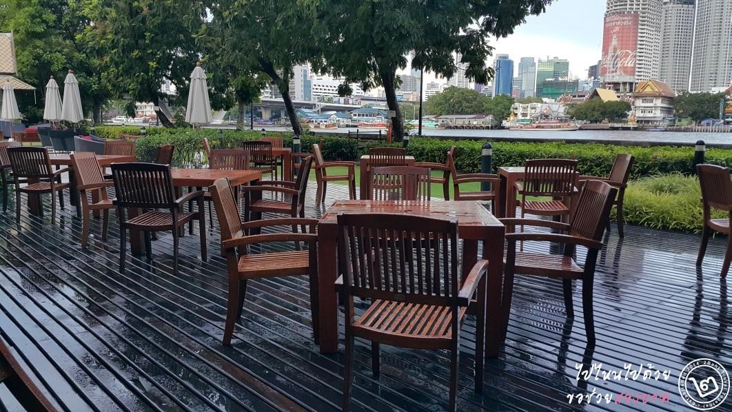 บรรยากาศที่นั่ง outdoor ริมแม่น้ำ