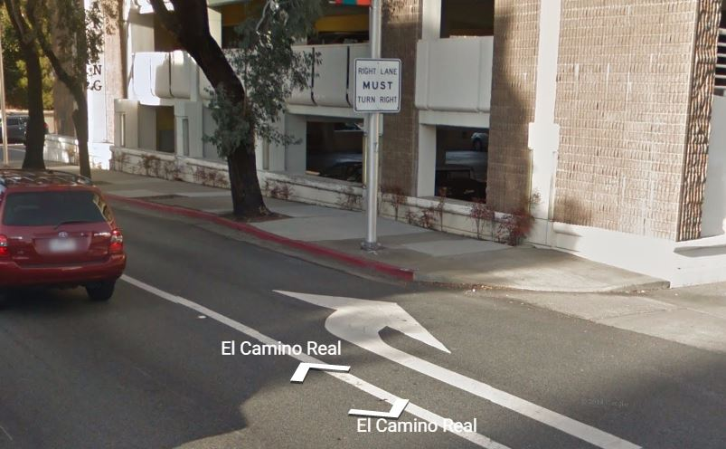 ป้าย Right Lane Must Turn Right พร้อมเส้นทึบ ถ้าเจอแบบนี้เลี้ยวขวาสถานเดียว (ภาพจาก Google Street View)