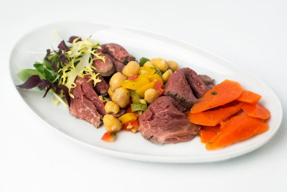 เมนูเรียกน้ำย่อย เนื้อย่างกับสลัดแครอทแบบเมดิเตอเรเนียน