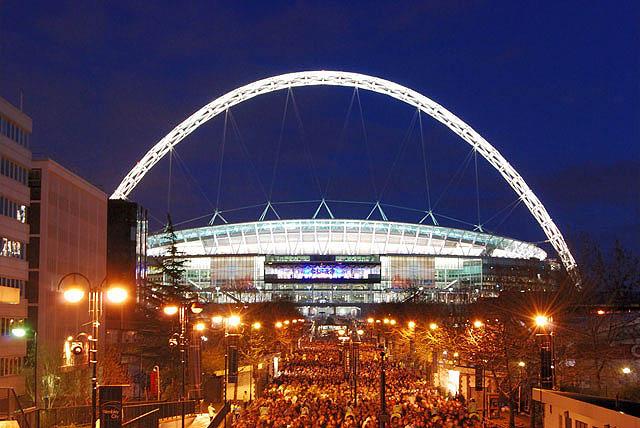 Wembley Stadium ยามค่ำคืน ภาพจาก Wikipedia