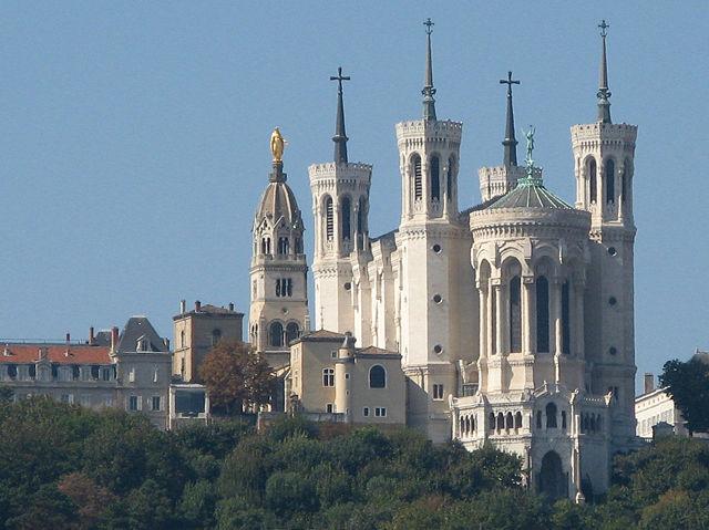 โบสถ์ Basilique de Fourvière แห่งลียง ภาพโดย MickaëlG (Wikipedia)