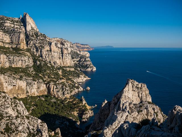 ผาหินริมทะเล Calanques ที่เมือง Marseille (ภาพโดย Ludovic Lubeigt / Flickr)