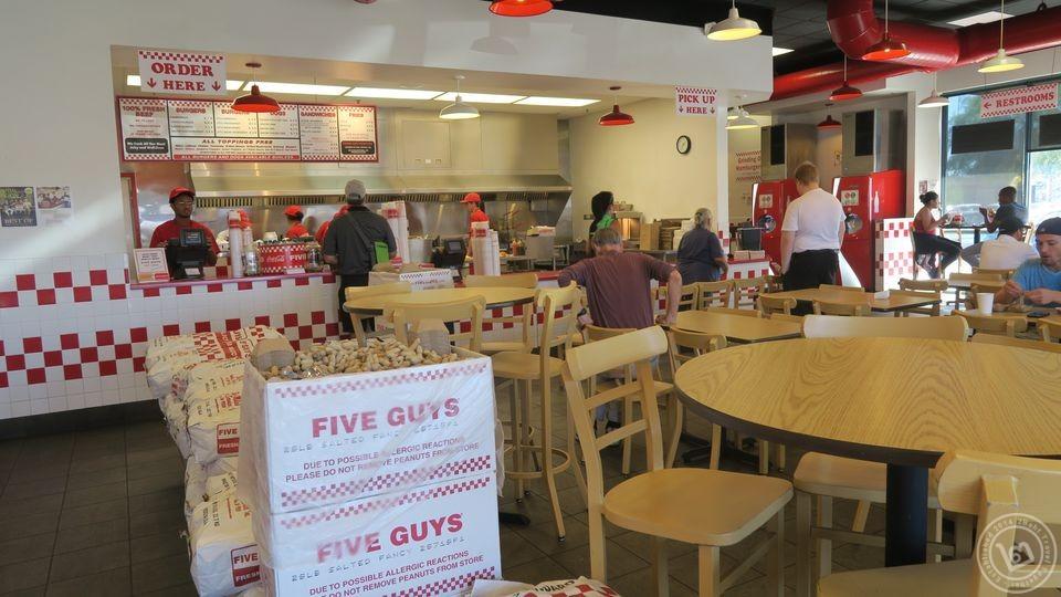 ภายในร้าน Five Guys พร้อมถั่วฟรี