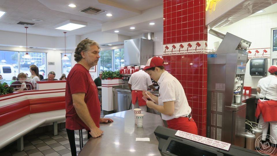บรรยากาศภายในร้าน In-N-Out Burger