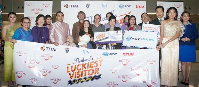 ททท. ฉลองนักท่องเที่ยวเข้าไทยคนที่ 25 ล้าน Ian Andrew Mcculloch และครอบครัวจากสกอตแลนด์