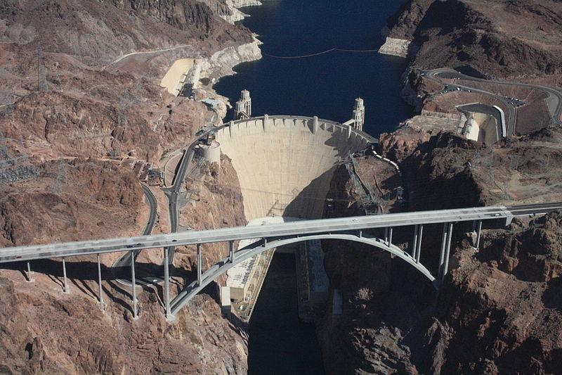 ภาพถ่ายทางอากาศของเขื่อนฮูเวอร์ และสะพานเหล็กโค้ง (โดย Ubergirl / Wikipedia)