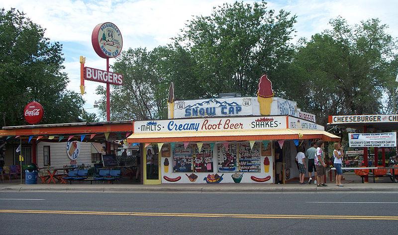 หน้าร้าน Snow Cap Drive-In ในเมือง Seligman (ภาพโดย PMDrive1061/Wikipedia)