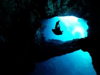 ถ้ำ Blue Cave ในโครเอเชีย (ภาพจาก Yacht Rent)