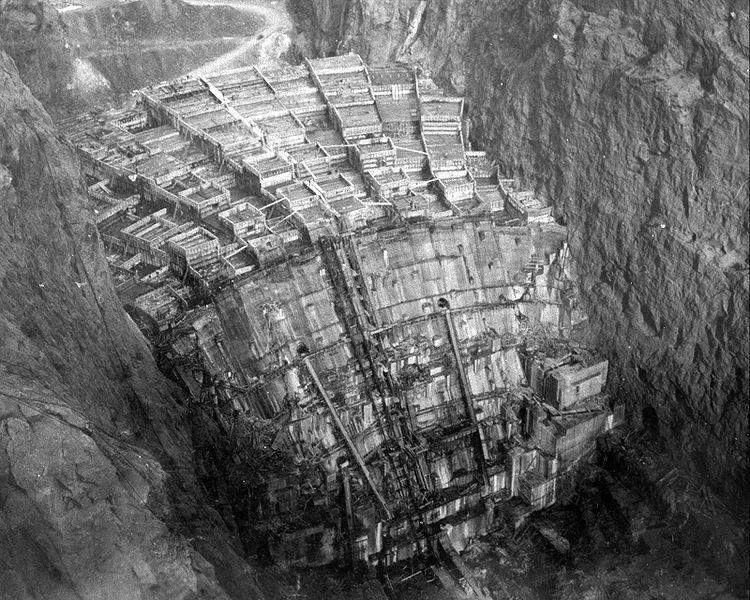 ภาพแสดงการก่อสร้างเขื่อนฮูเวอร์ ช่วงเทคอนกรีตปี 1934 (Wikipedia)