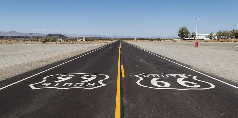 โลโก้ Route 66 บนถนนใกล้เมือง Amboy แคลิฟอร์เนีย (ภาพจาก Wikipedia)