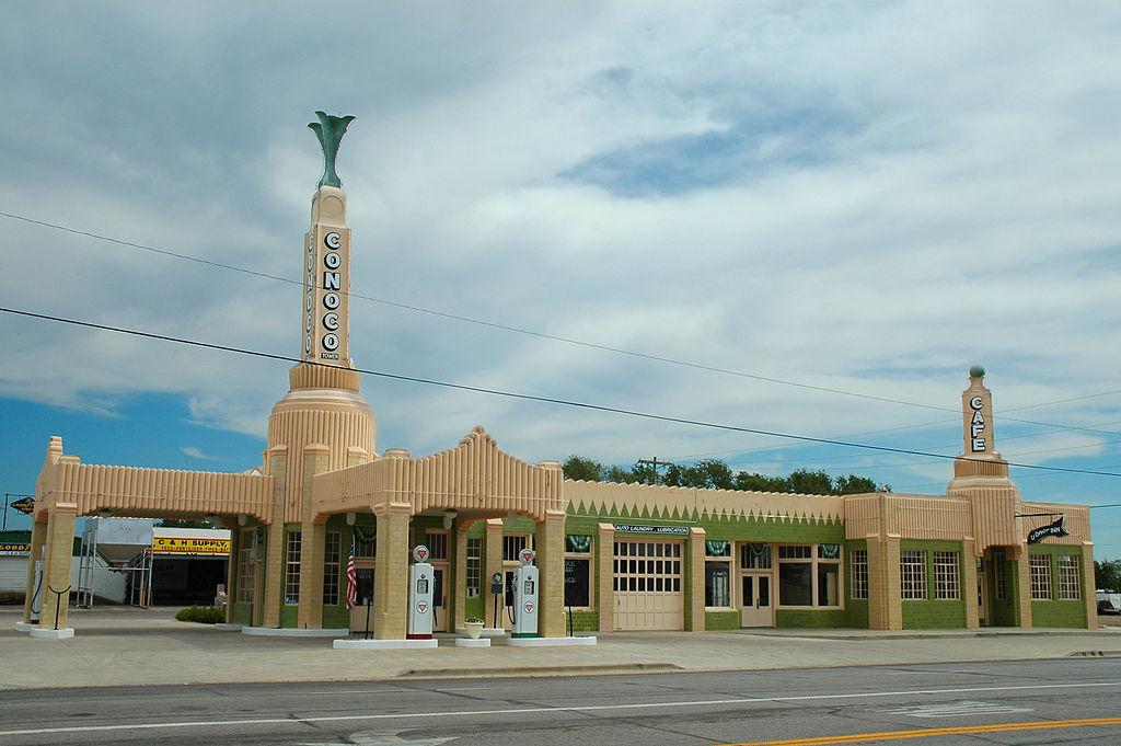 โรงแรม U-Drop Inn ที่มีอาคารเป็นเอกลักษณ์ และถูกนำไปใช้ในหนังเรื่อง Cars ด้วย (ภาพโดย Clinton Steeds/Wikipedia)