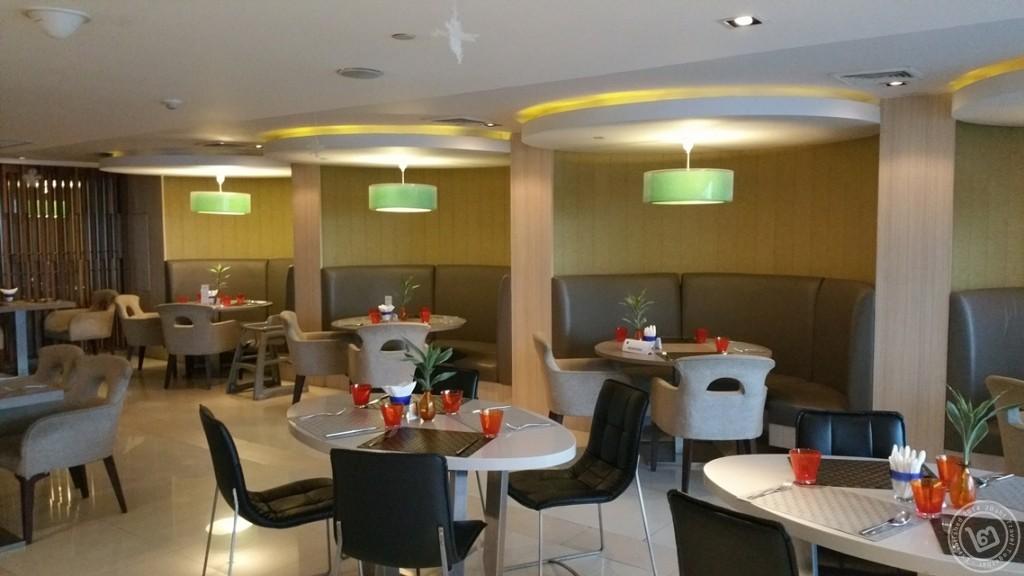 บรรยากาศห้องอาหาร The Square โรงแรม Novotel Bangkok Fenix Silom