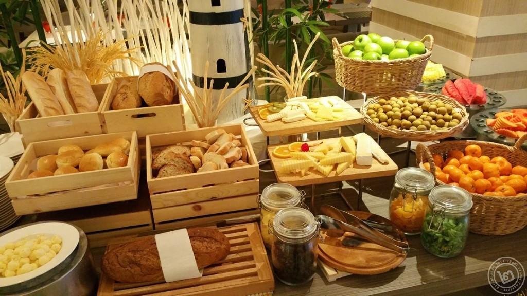 มุมขนมปัง ชีส และผลไม้ ห้องอาหาร The Square โรงแรม Novotel Bangkok Fenix Silom