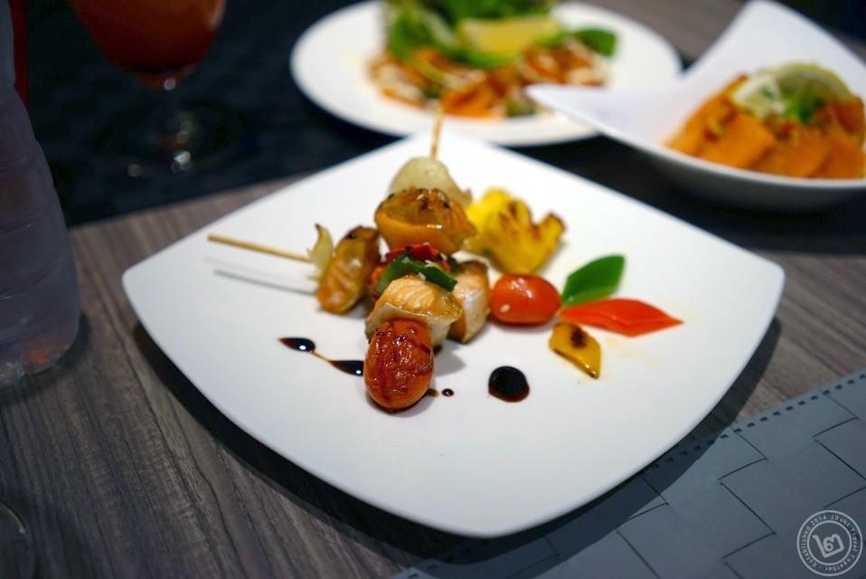 ปลาแซลมอนย่างราดซอสเทริยากิ บุฟเฟ่ต์ Sassy Salmon ห้องอาหาร The Square โรงแรม Novotel Bangkok Fenix Silom