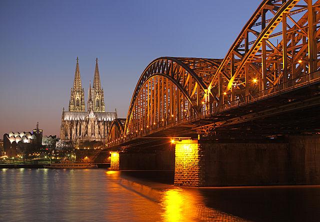 วิวสะพาน Hohenzollern Bridge เห็นวิหาร Cologne (ภาพโดย Thomas Wolf / Wikipedia)