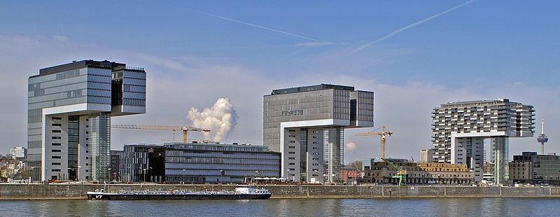 Kranhaus อาคารรูปตัว L กลับหัวทรงแปลกตา หนึ่งในสิ่งปลูกสร้างริมแม่น้ำไรน์ (ภาพโดย Rolf Heinrich / Wikipedia)