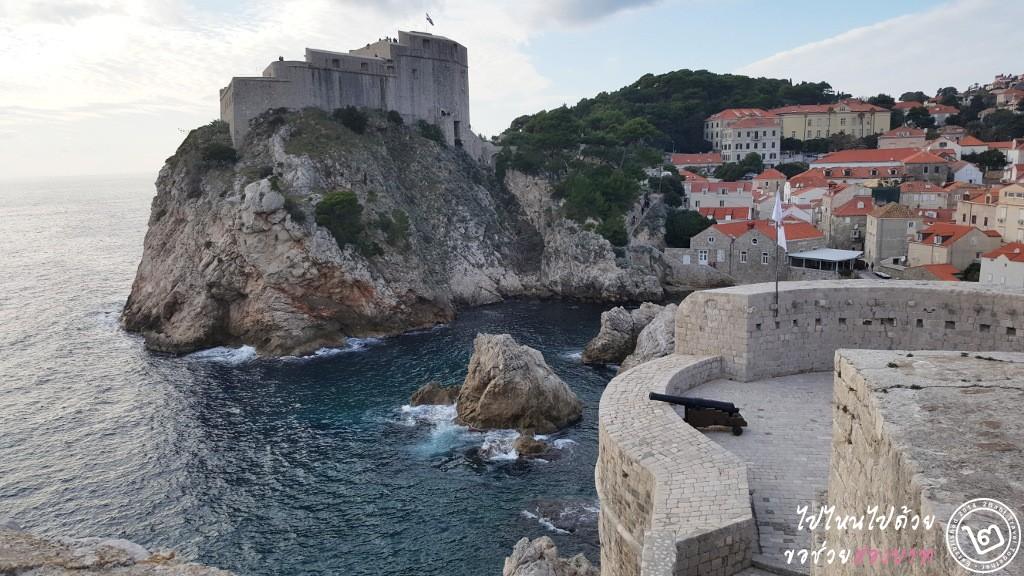 ฉากของจริง เห็น Bokar Fort และ Lovrijenac Fort (หอคอยบางส่วนเป็น CG)