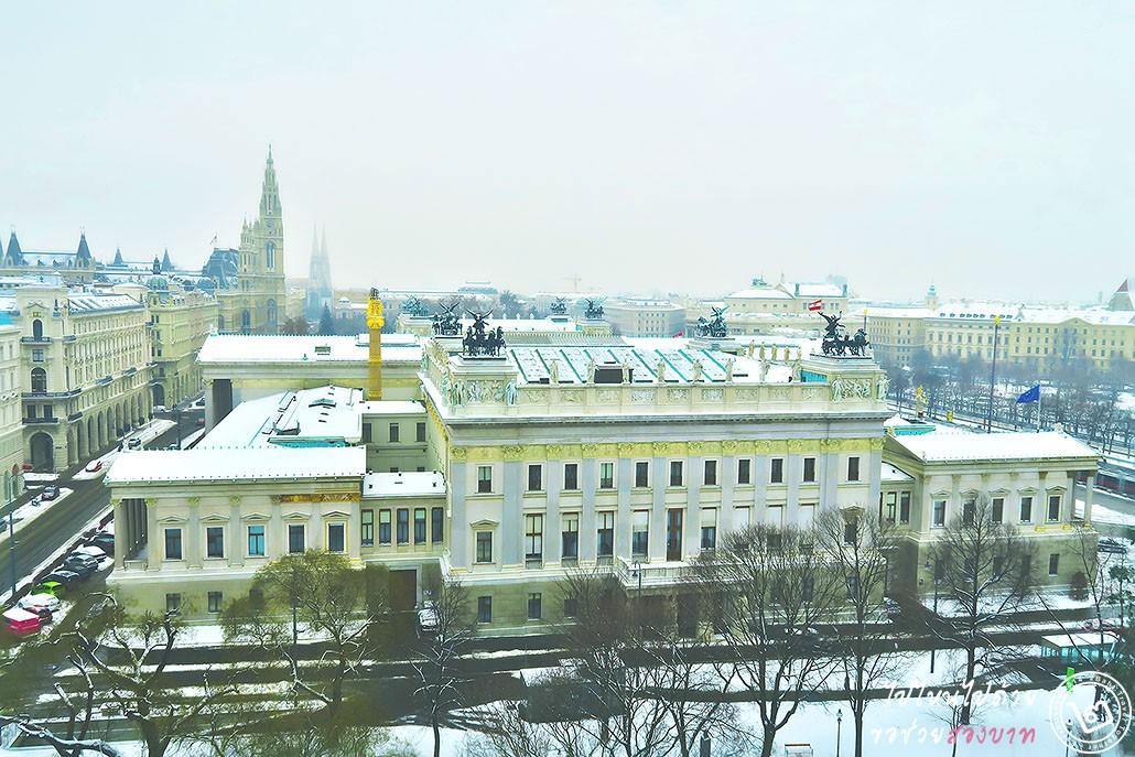 อาคารรัฐสภา (Parlaiment Vienna) ถัดออกไปเป็น Rathausplatz และ University of Vienna