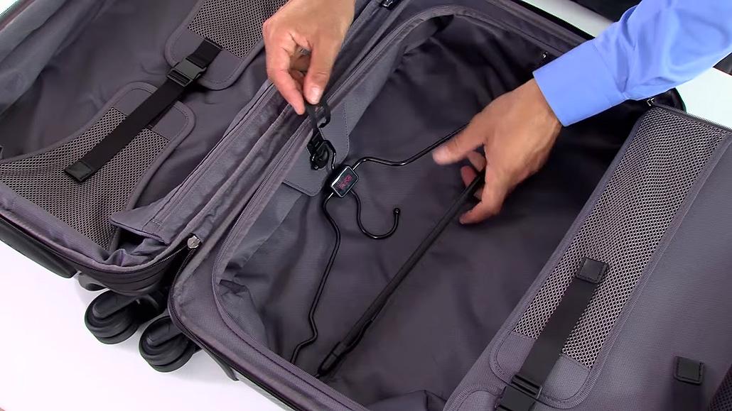 ด้านในกระเป๋า TUMI รุ่น Int'l Expandable Carry-On - ภาพจาก TUMI