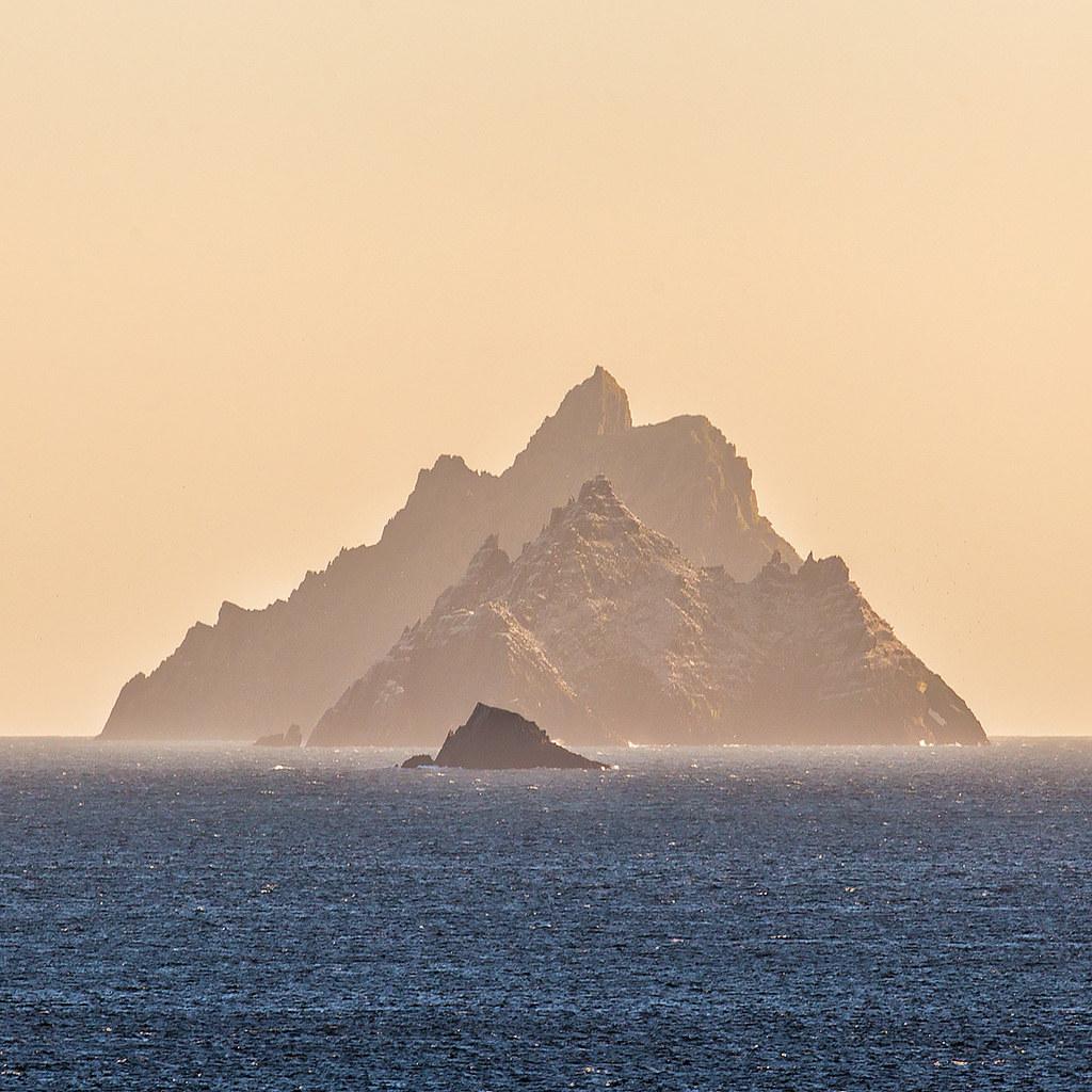 ภาพสวยๆ แสดงเกาะ Skellig Michael ด้านหลังสุด, Little Skellig ตรงกลาง และโขดหิน Lemon Rock ด้านหน้าสุด (ภาพโดย John Finn / Flickr)