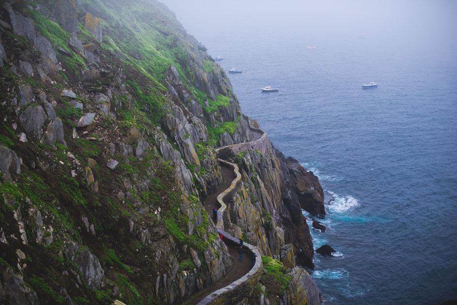 ทางเดินบนเกาะ Skellig Michael ภาพโดย Valerie Hinojosa / Flickr