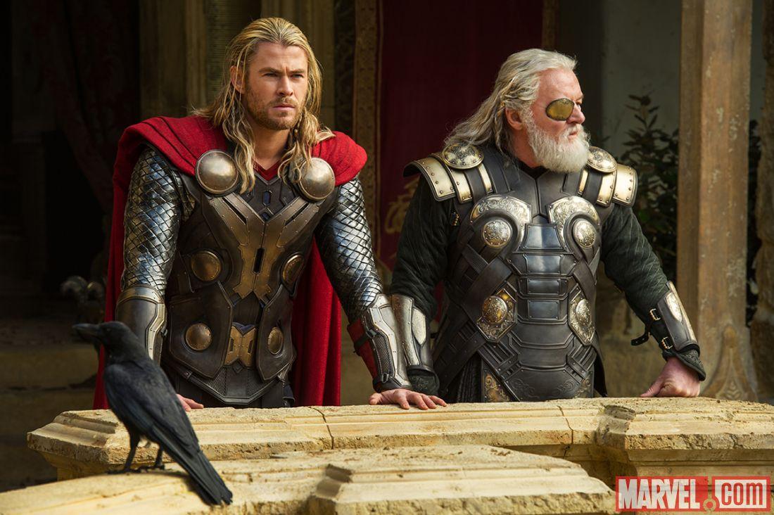 Chris Hemsworth กับบท Thor (คนซ้าย) ภาพจาก Marvel