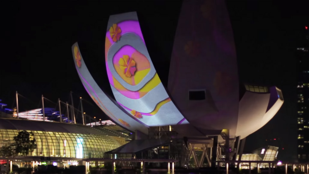 การแสดง Light Art โดยเอา Projector ยักษ์ฉายไปยัง ArtScience Museum ในเทศกาล i Light Marina Bay