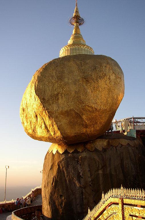 ที่เที่ยว พม่า: พระธาตุอินแขวนบนหน้าผา เมืองสะเทิม (ภาพโดย Ralf-André Lettau/Wikipedia)