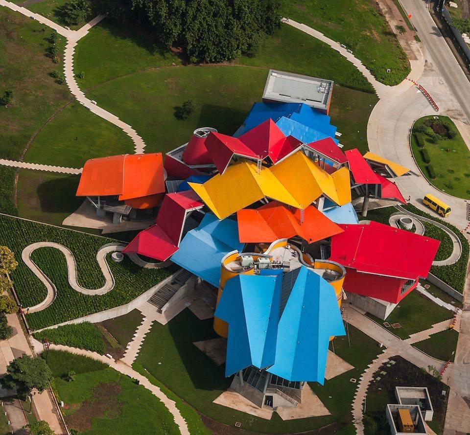 พิพิธภัณฑ์ Biomuseo ออกแบบโดย Frank Gehry (ภาพจาก Facebook Biomuseo)