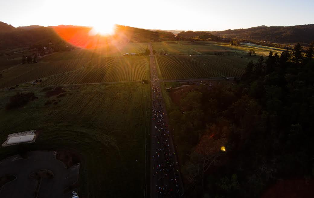 งานวิ่งมาราธอน ต่างประเทศ: ภาพ Napa Valley Marathon มุมสูงในยามเช้ามืด