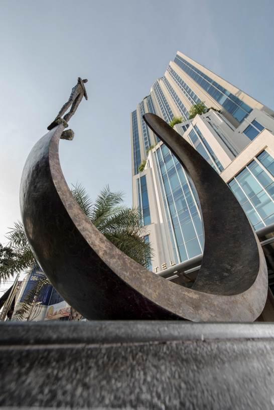 """ผลงาน """"Inle balance III"""" ของ Val หน้าโรงแรมโซฟิเทล กรุงเทพฯ"""