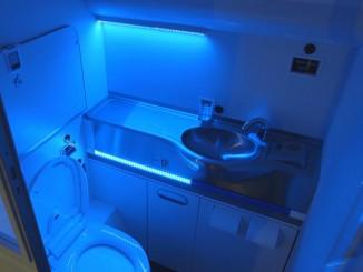 ห้องน้ำของ Boeing ขณะฉายแสง UV