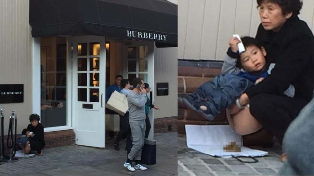"""คนจีนพาลูกไป """"อึ"""" หน้าร้าน Burberry ในอังกฤษ (ภาพจาก Shanghaiist)"""
