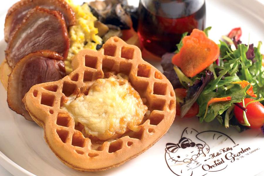 Hello Kitty Waffle - วาฟเฟิลคิตตี้ที่เสิร์ฟมาพร้อมกับสลัด