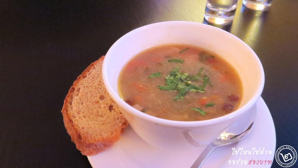 Potato soup with mushrooms and bread รีวิวร้าน Ribs of Vienna กรุงเวียนนา ออสเตรีย
