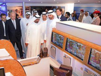 Sheikh Ahmed bin Saeed Al Maktoum ซีอีโอของ Emirates (คนกลางในภาพ)
