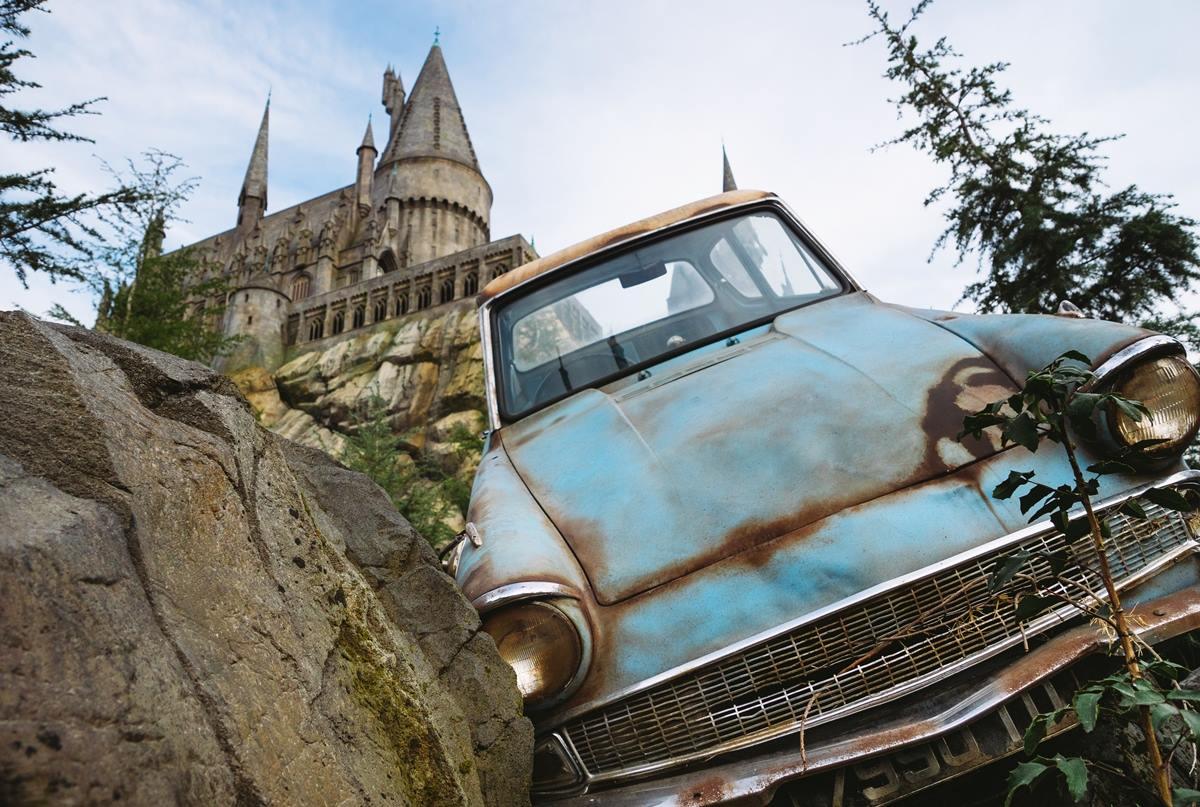 ปราสาท Hogwarts และรถยนต์บินได้จากในนิยาย