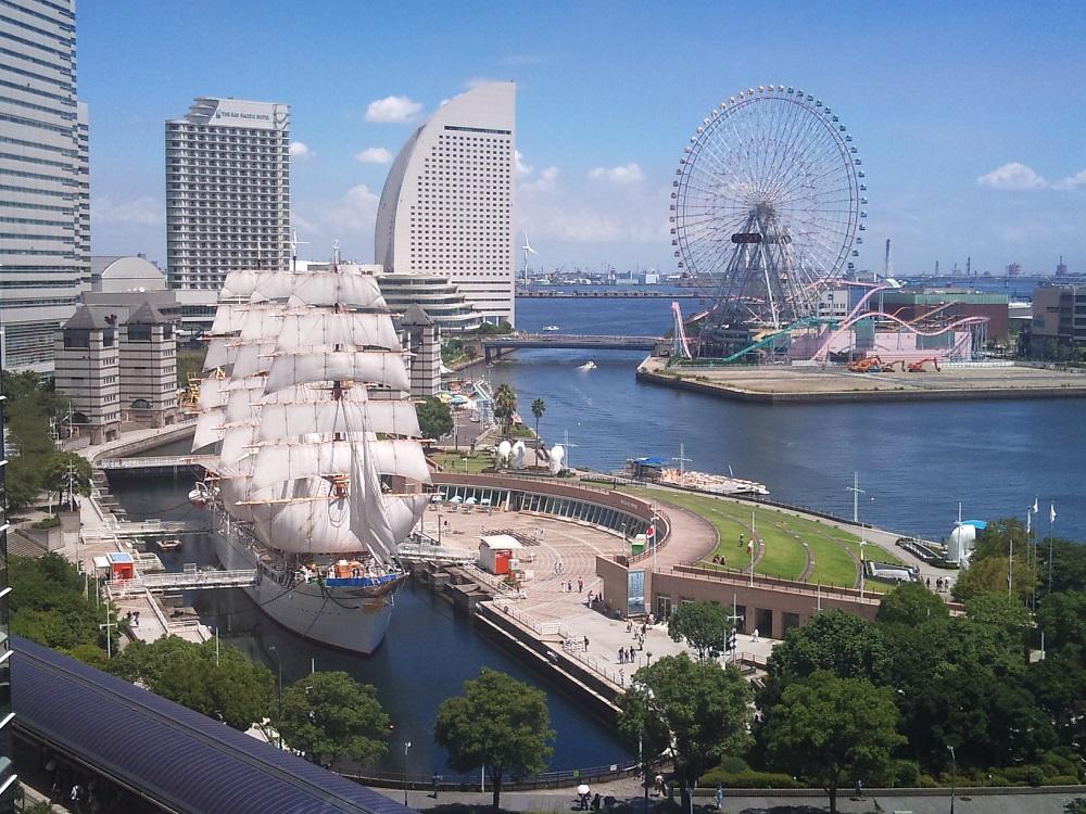 ริมอ่าว Yokohama ย่าน Minato Mirai 21 (ภาพจากการท่องเที่ยวโยโกฮามา)