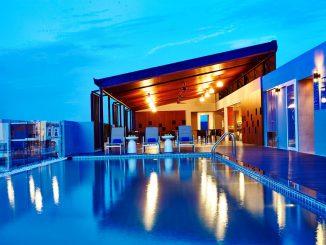 Premier Inn Pattaya สระว่ายน้ำและบาร์ Rooftop
