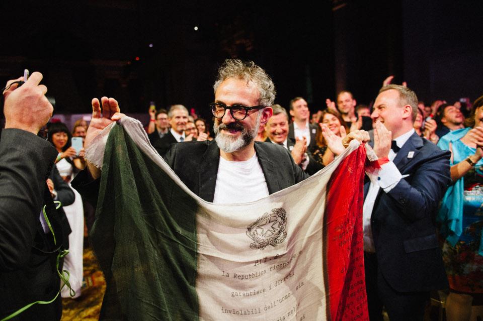 Massimo Bottura ขึ้นรับรางวัล (ภาพจาก The World's 50 Best Restaurants)