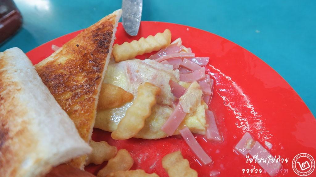 ชุดไส้กรอก ขนมปัง ไข่เจียวแฮม ร้าน Ying Kee ตลาด Lockhart Road, Wan Chai ฮ่องกงร้าน Ying Kee ตลาด Lockhart Road, Wan Chai ฮ่องกง
