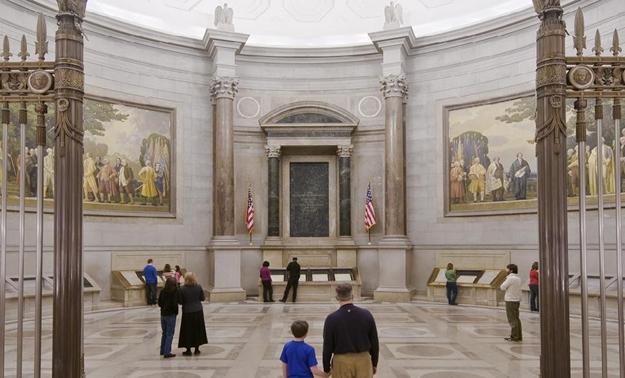 ห้องจัดแสดงคำประกาศอิสรภาพ (Rotunda for the Charters of Freedom) - ภาพจาก archives.gov